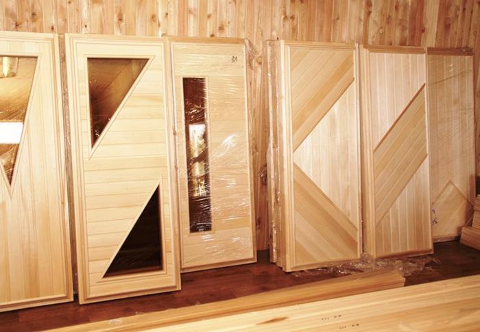Дверь из дерева в баню
