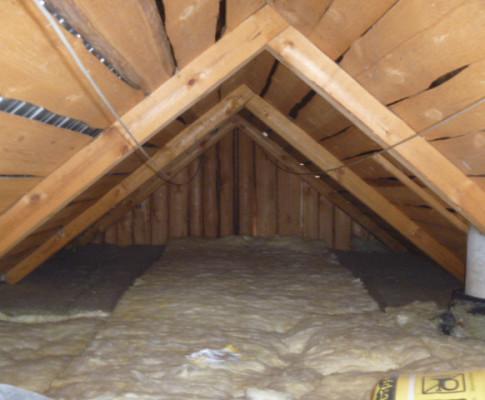 Чем лучше засыпать потолок в бане