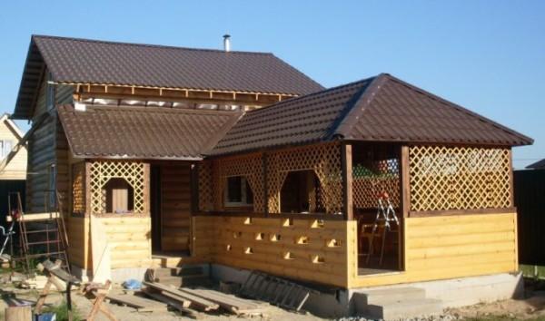 Баня с беседкой под одной крышей